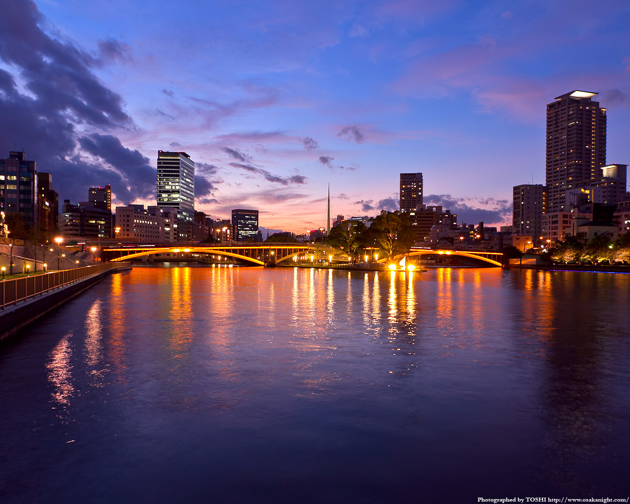 天神橋のライトアップ夕景1